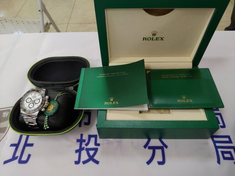 蔡男把贓款拿去買名錶「迪通拿」。(記者鄭景議翻攝)