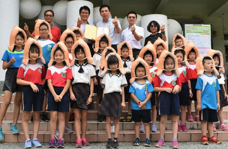 台南佳里區信義國小獲贈520個防災頭套,師生每人一個。(記者楊金城翻攝)