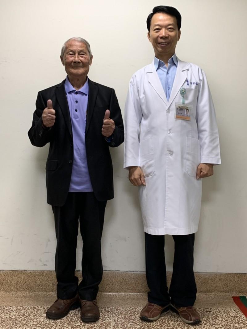 92歲黃老先生(左)經嘉義陽明醫院李孔嘉醫師(右)進行微創手術,惱人的脊柱側彎和駝背都消失了。(嘉義陽明醫院提供)