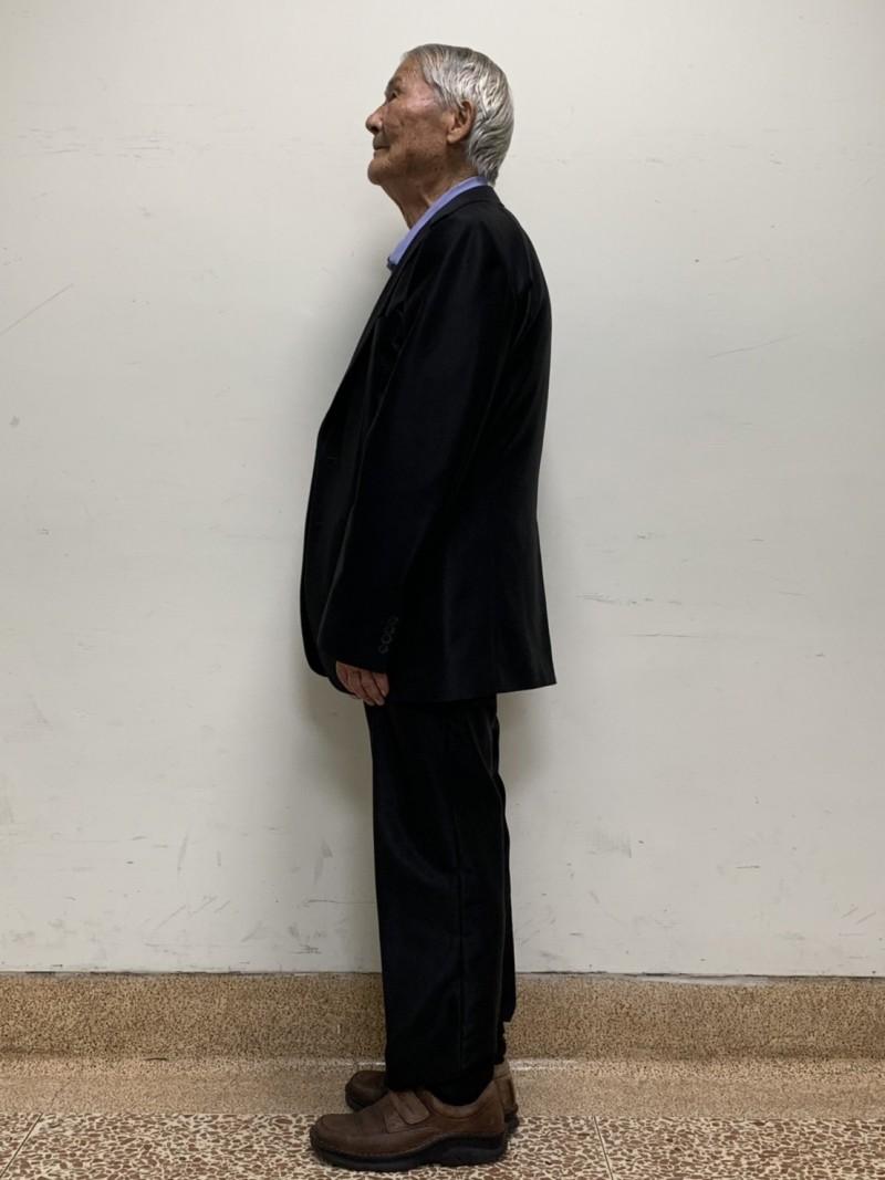 92歲黃老先生術後可以直挺挺地站著,也長高了,又恢復活力。(嘉義陽明醫院提供)