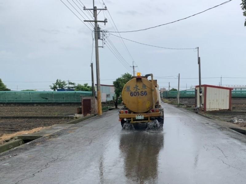 環保局加強灑水降低揚塵。(雲林縣環保局提供)