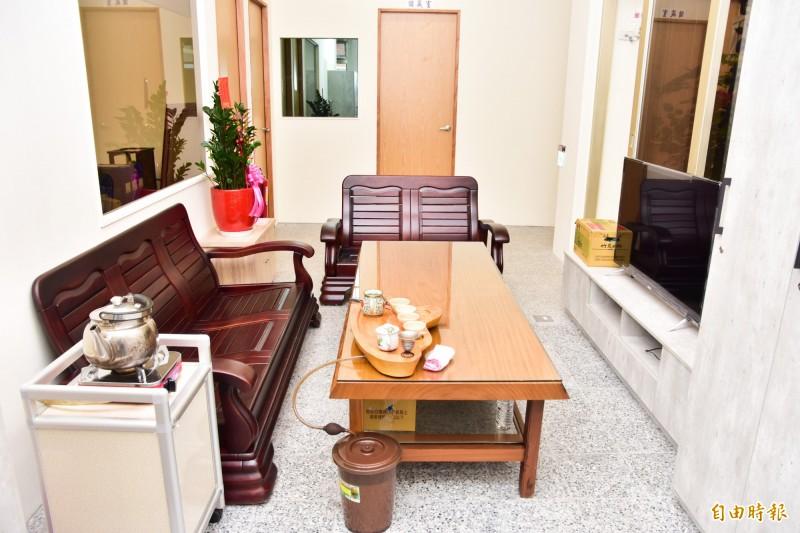 警察機關必備的泡茶區,新廳舍也一應俱全。(記者張議晨攝)