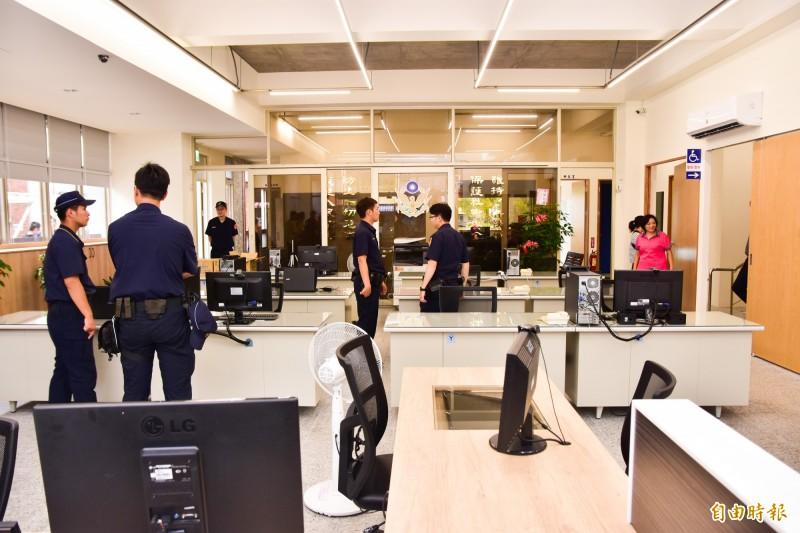 冬山鄉分駐所內一樓辦公室有挑高設計,光線充足少了舊有廳舍的壓迫感。(記者張議晨攝)