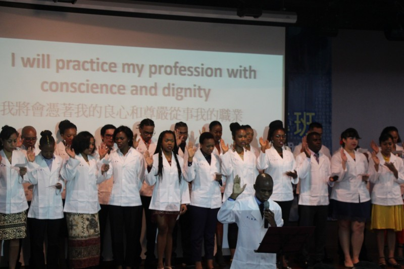今天7月,義守大學「學士後醫學系外國學生專班」舉行第五屆授袍典禮,共有來自吉里巴斯等世界各地學生參加。(記者洪定宏翻攝)