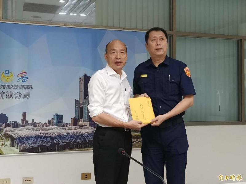 韓國瑜臨時加行程,搶先慰勞破案分局長林新晃(右)。(記者黃旭磊攝)