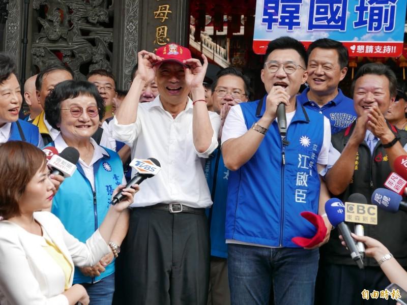 韓國瑜上週六到豐原慈濟宮,江啟臣送宮廟帽。(記者蔡淑媛攝)