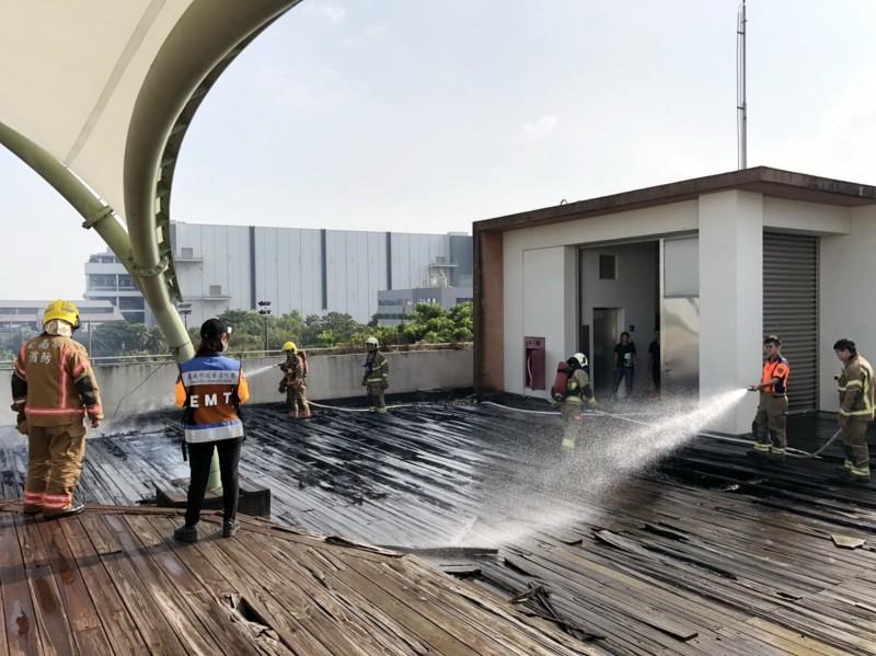 樹谷生活科學館頂樓原木地板突然起火,消防隊灌救。(記者吳俊鋒翻攝)