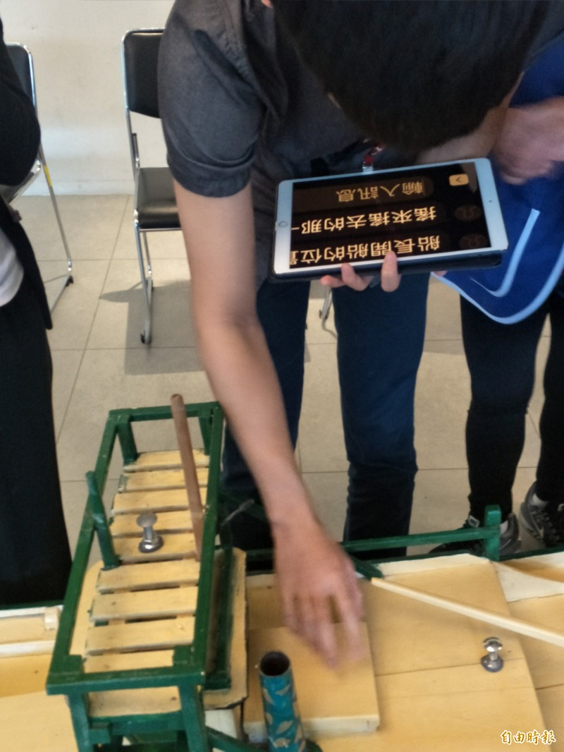 中華電信今天與淡江大學視障資源中心在海科館發表國內首套「博物館視障深度導覽整合方案」,在志工協助下,操作了解海科館設施。(記者俞肇福攝)