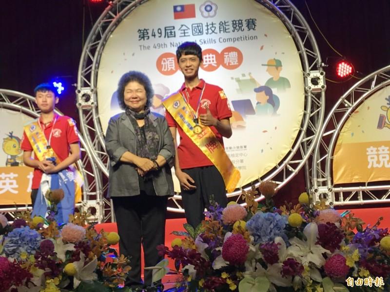 總統府秘書長陳菊頒獎給各職類金牌得主。(記者許國楨攝)