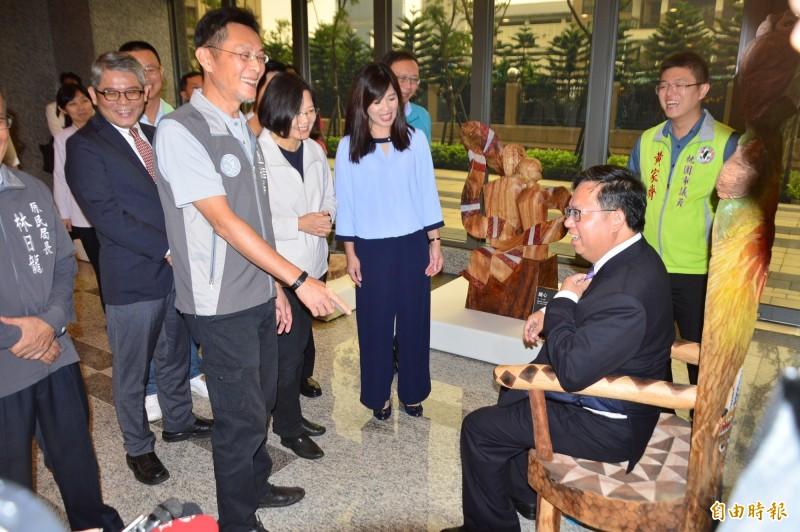 桃園市長鄭文燦坐上原民圖騰椅子,笑說未來每週會公布體重,展示減肥成果。(記者謝武雄攝)