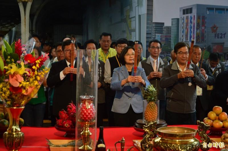 蔡英文總統出席捷運綠線GC03標工程開工祈福儀式,並上香祈福。(記者謝武雄攝)