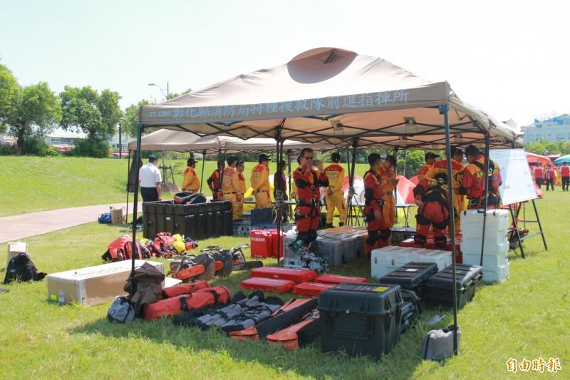 彰化消防局特搜隊現場展示各式搜救工具。(記者陳冠備攝)