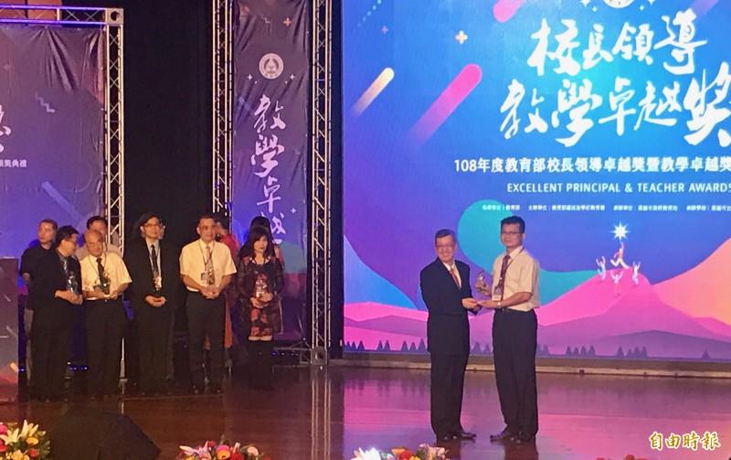 副總統陳建仁(前左)頒獎給得獎校長及教師,感謝全國校長、教師的勞苦功高。(記者洪臣宏攝)