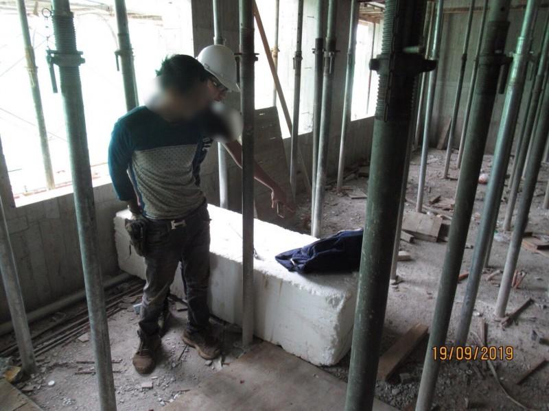 移民署新竹專勤隊在工地查獲15名非法工作移工。(記者洪美秀翻攝)