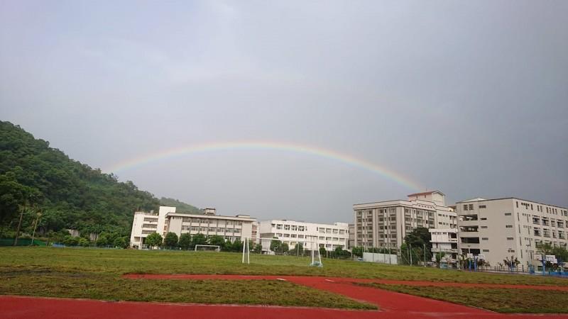蘭陽技術學院助理教授歐志銘,將雙虹奇景拍下直呼很壯觀。(歐志銘提供)