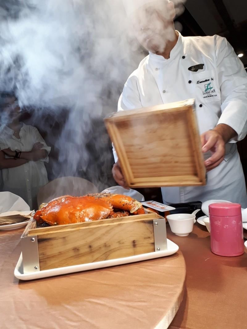 秋天吃蟹最對味!用台灣原住民馬告香料做成的雲嗆蟹,隨著蒸氣,讓秋蟹變得美味,連老饕也難抗拒。(記者洪美秀攝)