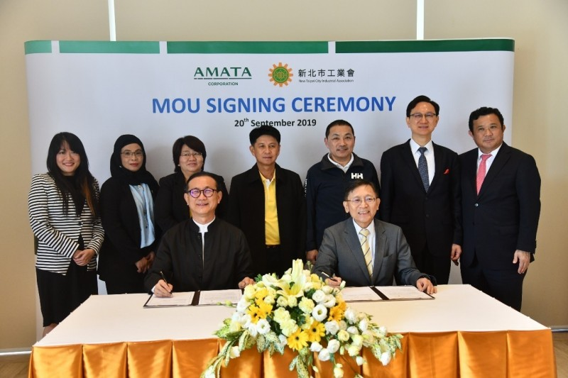 新北市長侯友宜(後排右三)見證新北市工業會與安美德集團簽署MOU。(新北市政府提供)