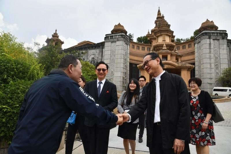 安美德集團總裁邱威功歡迎新北市長侯友宜一行到訪。(新北市政府提供)