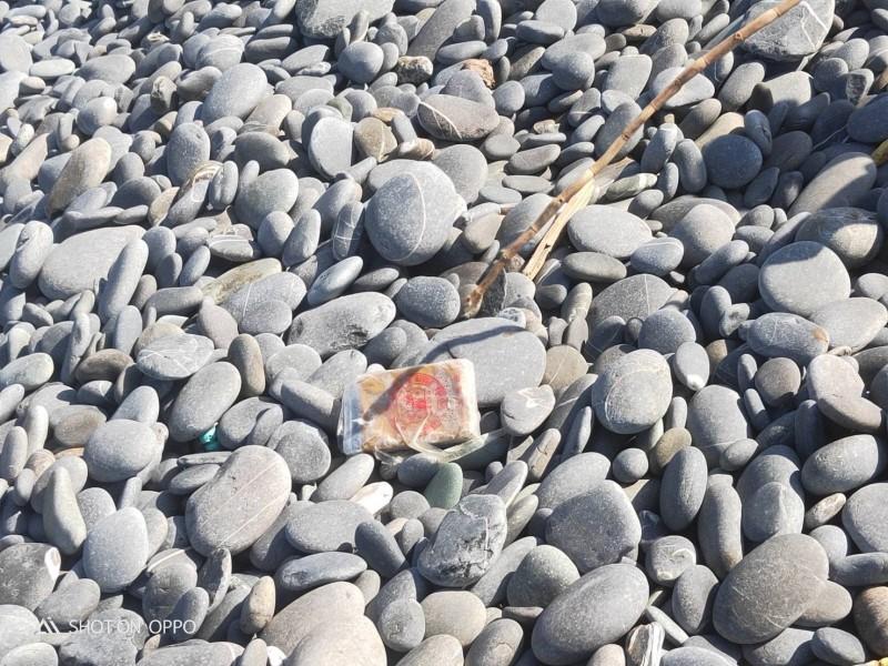 台東南田海岸是撿石勝地,今天下午竟撿到32塊海洛因磚(見圖)。(記者黃明堂翻攝)