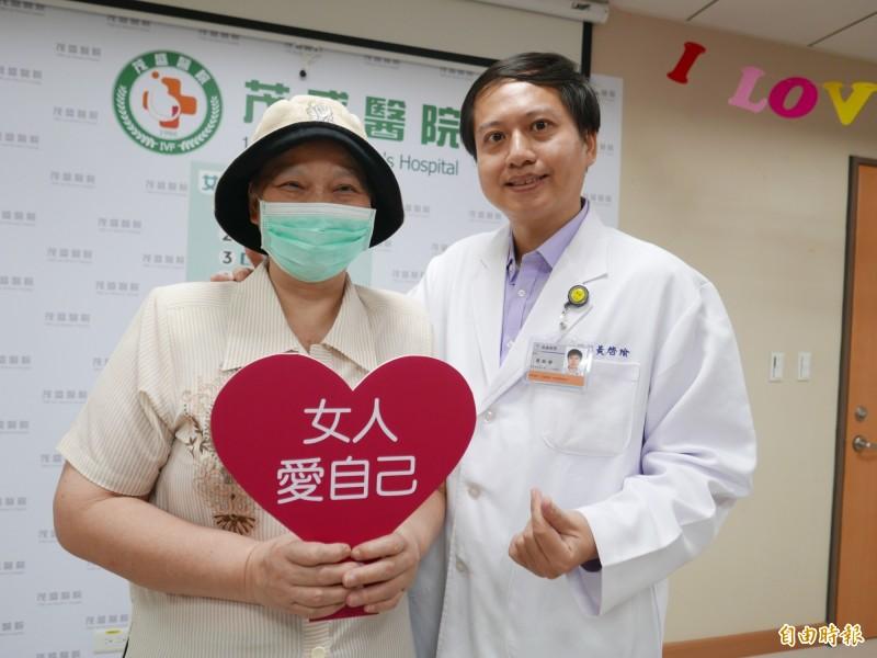 王婦乳癌拖到第3期才就醫,幸治療後恢復良好,醫師黃啟瑜呼籲女性不要忽視身體異狀。(記者蔡淑媛攝)