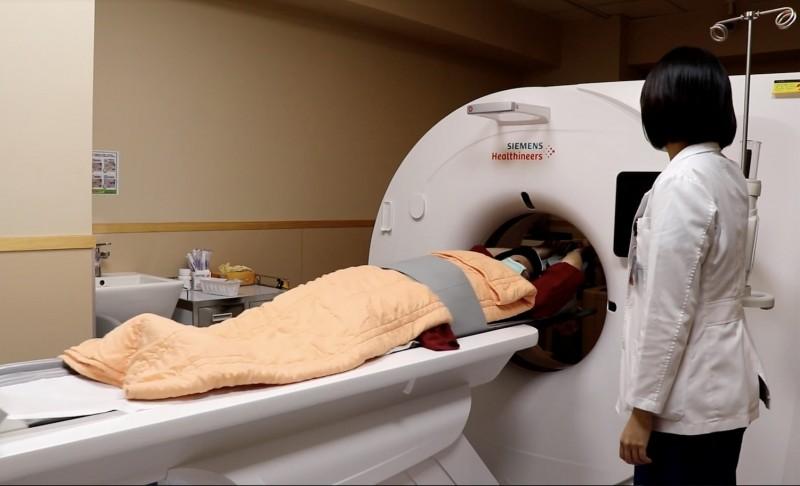 王婦乳癌做斷層掃描檢查。(記者蔡淑媛翻攝)
