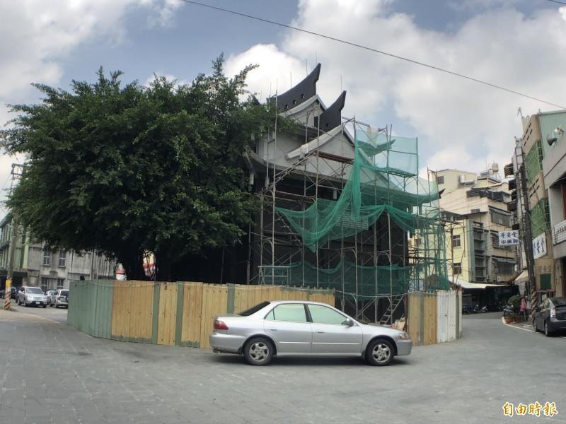 榕樹位於廟後方。(記者羅欣貞攝)