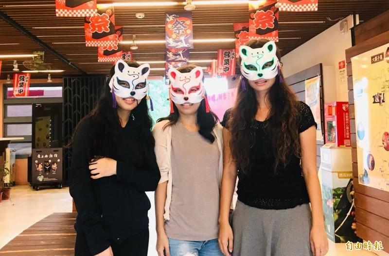 現場報名參加明晚「火王爺夜祭巡行」的遊客,可獲贈限量會發出螢光的夜祭面具。(記者楊金城攝)