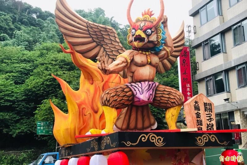 5米高的大鵬金翅鳥花燈,牠是關子嶺火王爺的護法。(記者楊金城攝)