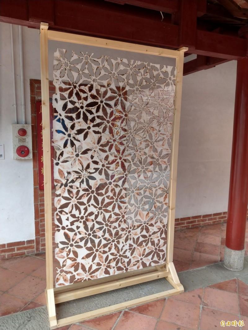 英國剪紙藝術家李柏天在集集明新書院展出「失序的秩序」花卉紙雕。(記者劉濱銓攝)