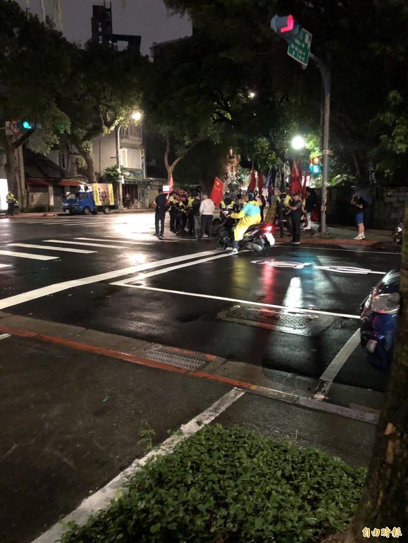 活動開始前,愛國同心會成員在街口辱罵參與活動民眾。(記者楊媛婷攝)