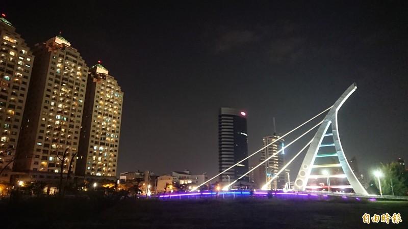 台南運河新臨安橋夜景。(記者洪瑞琴攝)