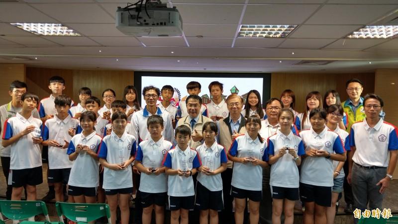 台南市學子參加「2019亞洲太平洋跳繩錦標賽」抱回8金8銀2銅,接受台南市長黃偉哲(中)表揚。(記者劉婉君攝)