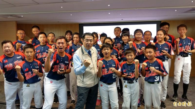 台南市學子參加「第六屆亞洲國際TEEBALL錦標賽」奪得亞軍,台南市長黃偉哲(中)今天接見。(記者劉婉君攝)