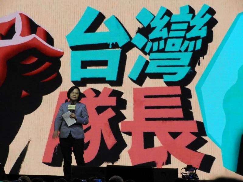總統蔡英文今晚出席台灣社群史上第一次跨界合作的「社群之夜–人蔘第一次」活動。(讀者提供)