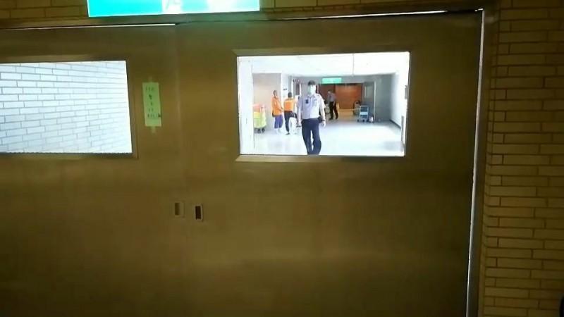 高雄長庚醫院13樓火警,院方管制進出。(民眾提供)