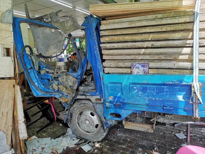 貨車撞進早餐店造成10人受傷。(記者顏宏駿翻攝)