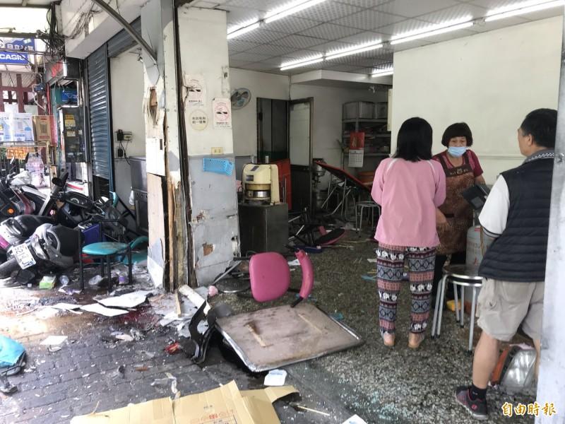 貨車撞進一早餐店,現場一片狼籍。(記者顏宏駿攝)