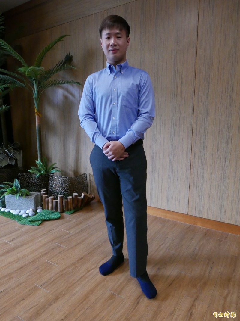 劉豐菖在921失去父母與左小腿,穿上義肢勇敢活下去,外表帥氣。(記者蔡淑媛攝)
