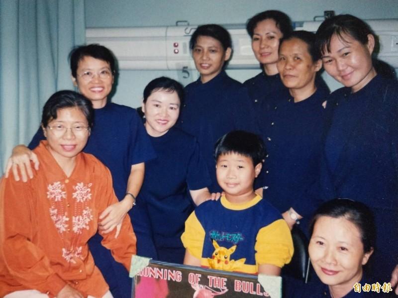 20年前921時劉豐菖截肢住院,志工時常陪伴。(記者蔡淑媛攝)