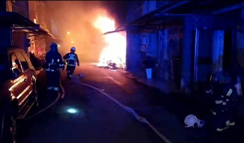 宜蘭縣冬山鄉日新路,今天凌晨2點多發生住宅火警,火勢猛烈。(記者江志雄翻攝)