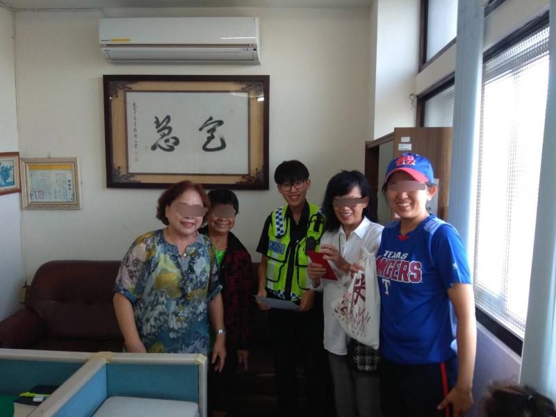 白女(右二)趕到警所認領,與撿到錢的阿嬤(左一)及員警高興合影。(記者許國楨翻攝)