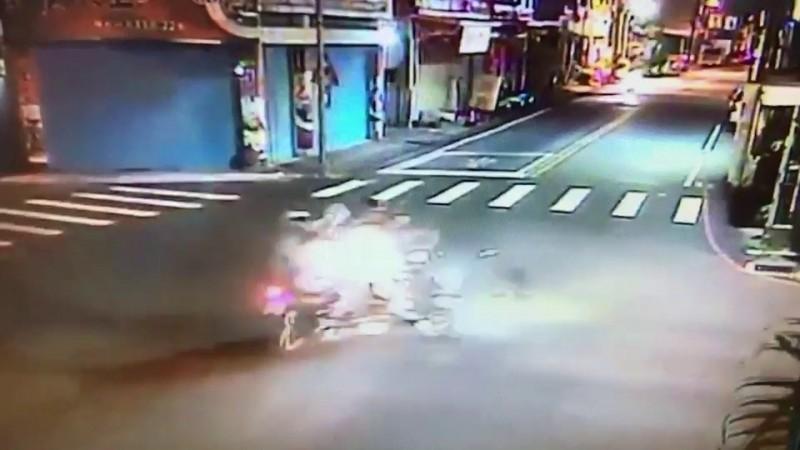少年轉彎逃逸與另一方向的機車發生擦撞,造成1死3傷意外。(記者王錦義翻攝)