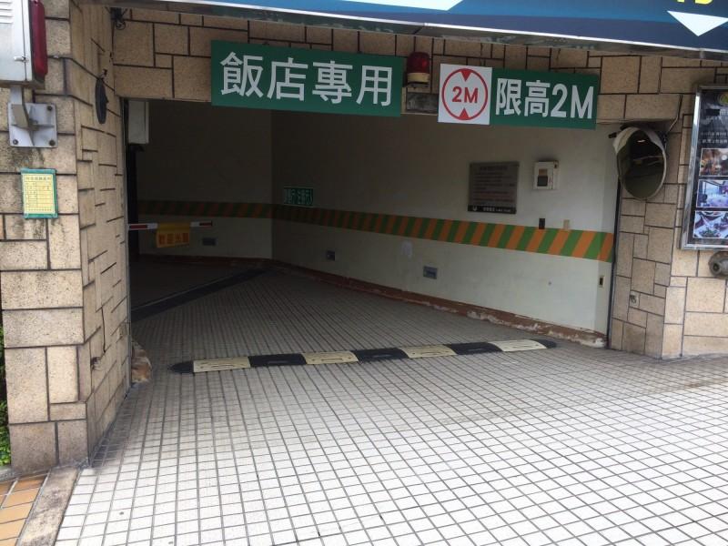 廖男自飯店地下室兔脫。(記者徐聖倫翻攝)