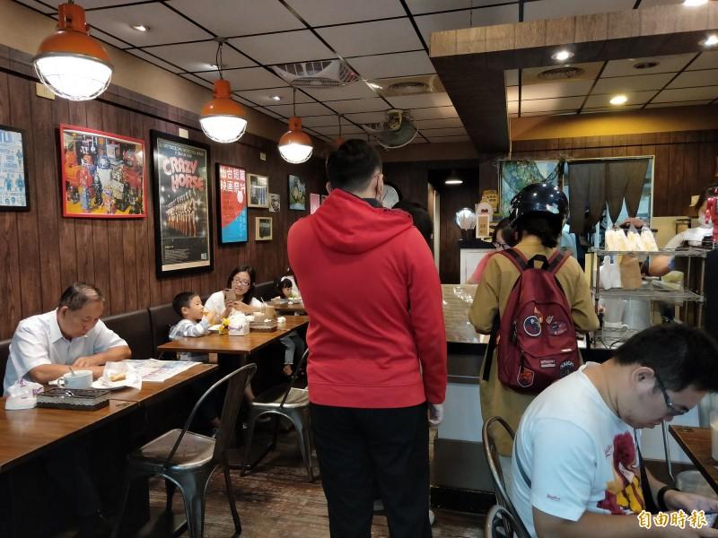 日出好食的店面給顧客舒適的用餐空間。(記者賴筱桐攝)