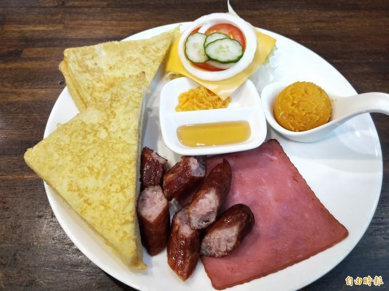 法式套餐有法國土司、煙燻火腿、田園生菜等配料,搭配德式香腸等主食。(記者賴筱桐攝)