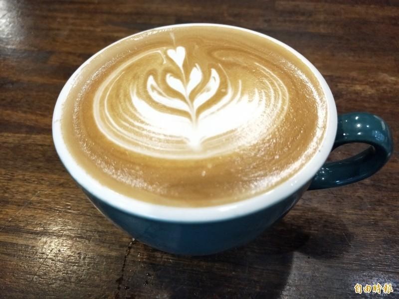 吃早午餐可以搭配店家特調拿鐵咖啡。(記者賴筱桐攝)