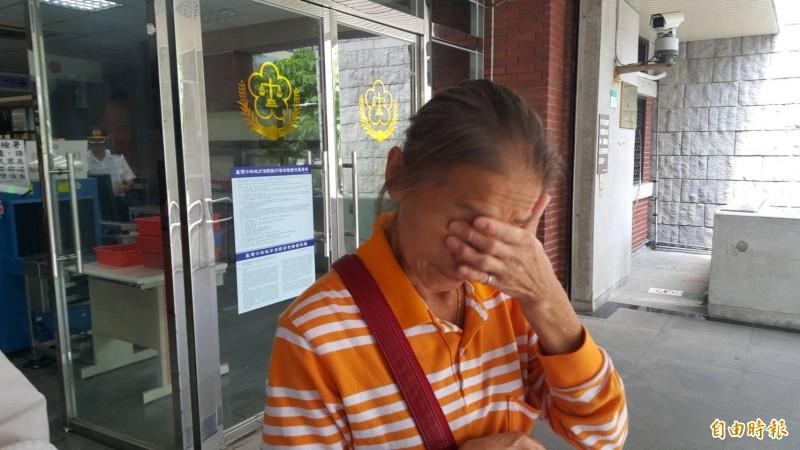 陳喜紅對於被控虐待犬隻感到委屈,庭後拭淚(記者溫于德攝)