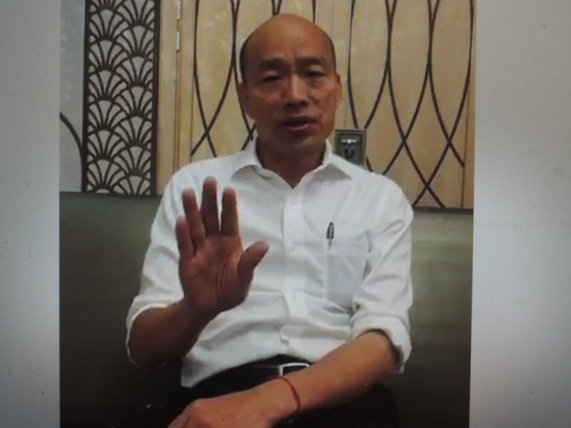 高雄市長韓國瑜今晚開直播,再嗆內政部警政署進駐高雄,質疑為何對高雄吹毛求疵。(記者王榮祥翻攝)