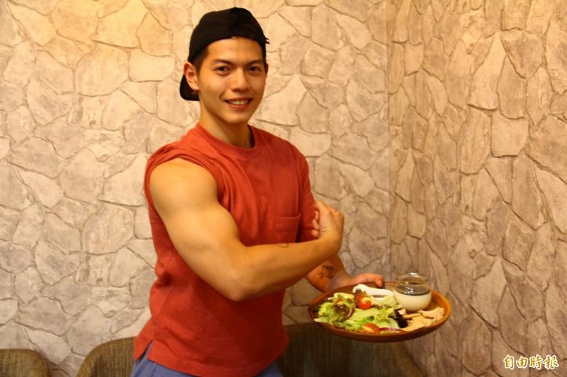 23歲的黃甯程是健美選手和健身教練外,自己也熱愛烹飪美食。(記者邱書昱攝)