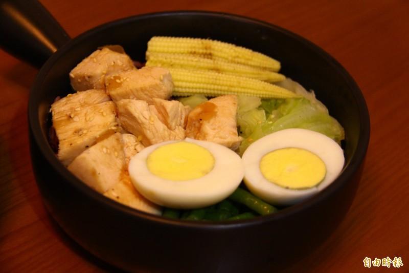 不同於口味單調的健康餐,黃甯程每個月都會和團隊溝通變換菜色。(記者邱書昱攝)